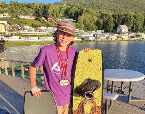 TRIKS: Wakeboard og Wakeskate betyr  høye hopp og luftige svev på vannet. Magnus tok både sølv og gull i helgen.