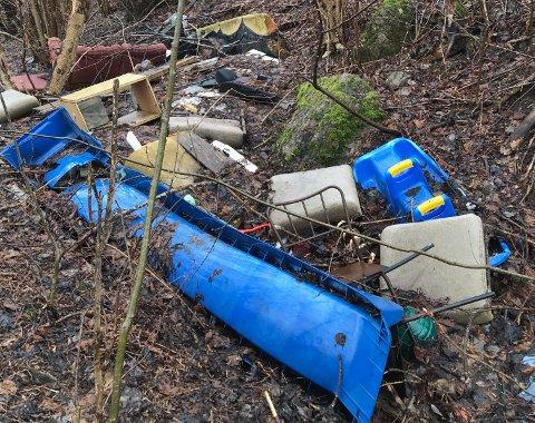 VARIERT MENY: Alt fra møbler til plastikkleker for barn har blitt kastet i skråningen mellom hundeparken og Slemmestadveien.