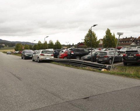 Stappfull plass: Det er ikke uvanlig at Dyegata tas i bruk til parkering for reisende med toget. Foto: Lena Malnes