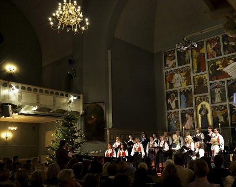 Dyktig Kor: Sandefjord Vokalensemble leverte en konsertopplevelse av høy kvalitet, deres julekonsert i Sandefjord kirke er for mange en viktig tradisjon i førjulstida.alle Foto Kurt André Høyessen