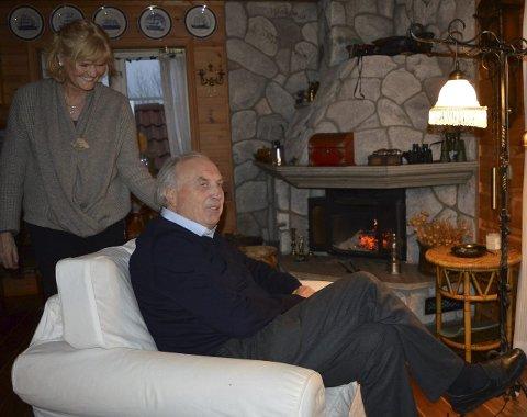 Peiskos: Sandefjords politikerveteran Svein Flåtten puster ut foran peisen med samboer Wenche i huset de kaller «hytta» på Thorøya, etter en bratt høst på Stortinget. Begge foto: Jan Roaldset