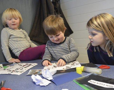 Lager egne bøker: Barna i Lahelle barnehage, blant dem treåringene Mikkel Dahlstrøm Sørhagen (f.v.), Daniel Røyeng og Pia Sæther Holmedal. De har jobbet med bøker siden januar.