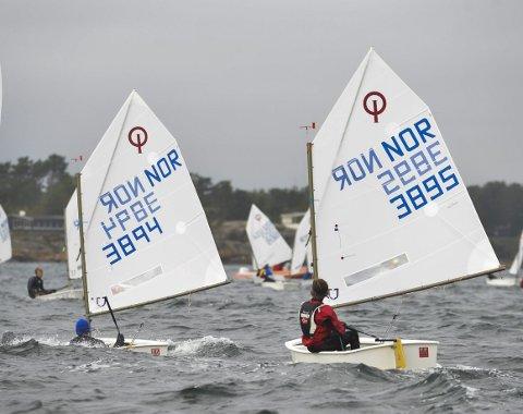 Bølger: Selv om banen ble flyttet inn i fjorden, var det fortsatt ganske friskt i vinden og litt småruskete sjø. Her er det Carl Ferdinand Juell-Bergan ((13) med blå lue og Ulrik Quamme (14) som venter på startsignalet.                                                                                                     Foto: Atle Møller