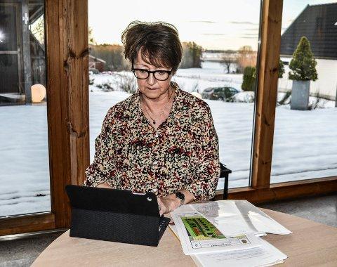 ÅRELANG KAMP: I fire år har Grethe Reizer kjempet mot bliger på jordet bak henne. Nå gleder hun seg over at de 35 boligene er strøket av kommuneplanen.