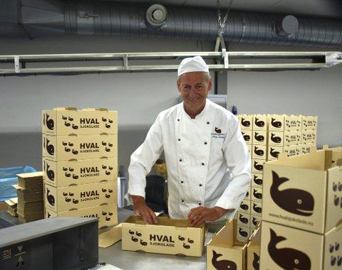 ET GODT ÅR: Det ble solgt mye Hval-sjokolade i 2020. Det er daglig leder Rolf Rune  Forsberg godt fornøyd med.