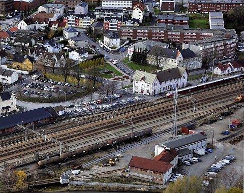 SAMME STED: Den framtidige jernbanestasjonen i Sarpsborg skal ligge i samme område som den nåværende. ¬Det har bystyret i Sarpsborg tidligere vedtatt, foto: Jarl Morten Andersen