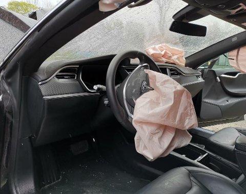 Innvendig avslører airbagene at det har skjedd en ulykke. Men ellers er kupeen overraskende hel og fin.