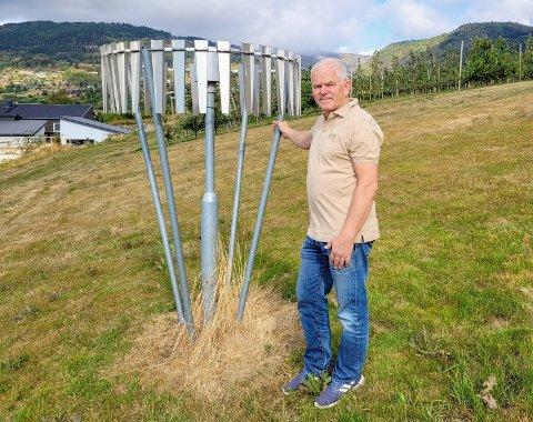 IKKJE OVERBELASTA: Nedbørsmålaren på Njøs er ikkje utsliten etter denne sommaren, konstaterer Stein Harald Hjeltnes.