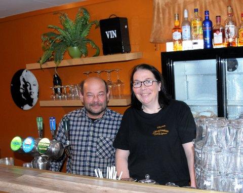 STARTET PUB: Kai Olsen og Elisabeth Olsen har startet pub sentralt på Skotfoss. - Så langt er vi veldig tilfredse med det.