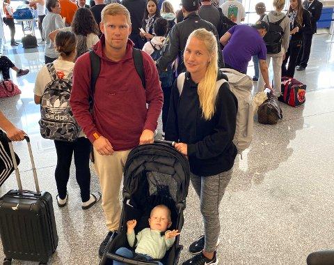 USIKKER TID: Christoffer Riis, Linda Cecilie Lillebrekke og Luca Lillebrekke Riis (11 mnd), her i kø for å komme med flyet til LA. Alt de vil nå er å komme seg hjem.