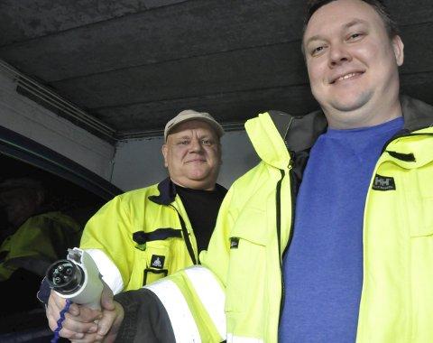 Krever nytt opplegg: Tilsynsingeniørene Roger Paulsen og Rune Skagemo i Notodden energi understreker at alle elbiler og ladbare hybrider krever egne kurser i hjemmenettet. Dette kommer som en tilleggsutgift for alle elbilkjøpere.