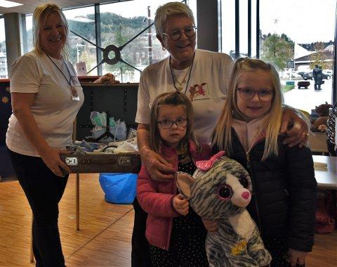 RASK BEHANDLING: Pasienten til Mathea Hetle Solvang (venstre foran) og Helena Hetle Solvang  fikk rask og god hjelp av Anne-Mette Kittilsen (venstre bak) og Tora Ødegaarden på bamsesykehuset lørdag.