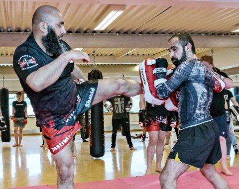 Slik skal det gjøres: Shahid Rasool (til venstre) og Navid Shahi demonstrerer slag- og sparkkombinasjoner.