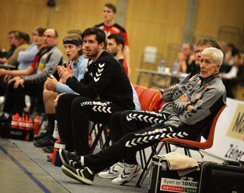 Henken på benken: – Jeg holder meg stort sett i ro, og overlater til treneren å lede kampen. Men noen ganger kan det holde hardt. Henken Møyland på benken under Kristiansands-kampen søndag.