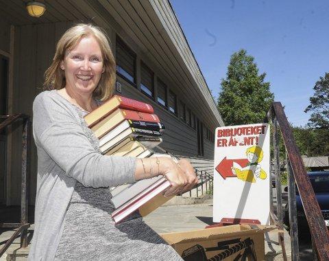 På flyttefot: Bibliotekar Sonja Lindtveit begynner allerede til uka å flytte bøker til det midlertidige biblioteket som skal etableres på omsorgssenteret. Hun anslår at biblioteket på Vegårshei har om lag 10.000 bøker, men alt blir ikke med over til VBO. - Vi kommer nok til å arrangere et flyttesalg, sier hun.Foto: Øystein K. Darbo