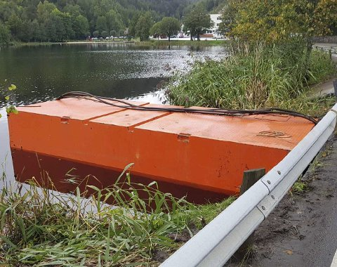 Tjenna: Hva i all verden er den orange greia som flyter i Tjenna? Å finne svaret på dette, skulle vise seg å være langt vanskeligere enn først antatt.Foto: Frode Gustavsen