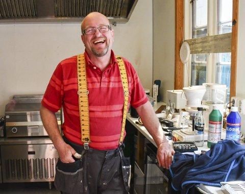 Innspurt: Jan Helstrand har investert i flunka nytt kjøkken. Nå legger han siste hånd på monteringen, før han åpner dørene på fredag. Frem til høysesongen holder han bare åpent i helgene. Foto: Mette URdahl