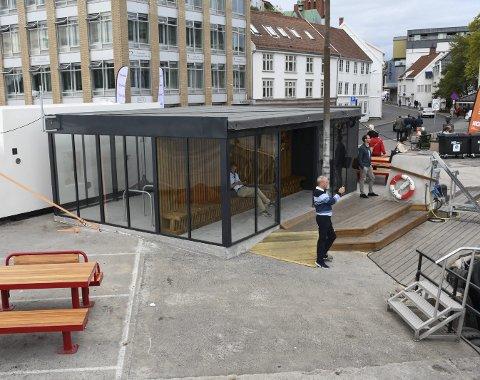 FUnksjonelt Bygg: Tvedestrandsbedriften ABA-Tech har bygd dette glasshuset på Tyholmen i Arendal. Her kan folk sitt innendørs og vente på ferga, samtidig som de har fin utsikt. Bygget inneholder også en sykkelparkering som alle kan benytte.Foto: Øystein K. Darbo