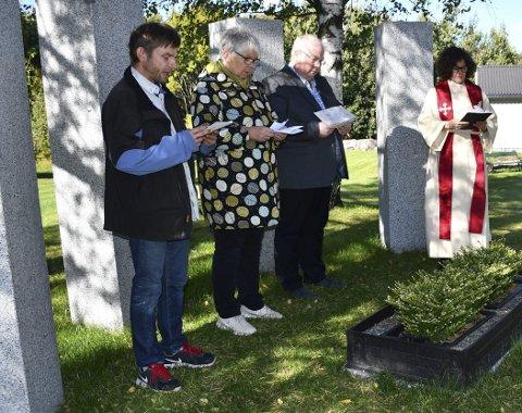 Leste tekst: Knut Holt Sandblost (til venstre) leste teksten da urnelunden ble vigslet i dag. Foto: Anne Dehli