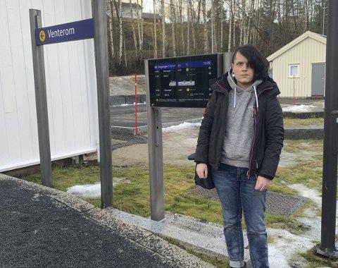 Uten transport: Her står Lina Kristine Tveit på Gjerstad stasjon. Da hadde toget forlatt stasjonen for fire minutter siden. Til slutt var det faren som måtte kjøre henne til Oslo. Lina reagerer sterkt på kaoset som oppsto mandag morgen.