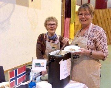 POPULÆR ELG-SUPPE: Til venstre Sigrid-Bjørg Ramse og leder i bygdekvinnelaget Tove Nævisdal. Foto: Marit Helene Eikhom.