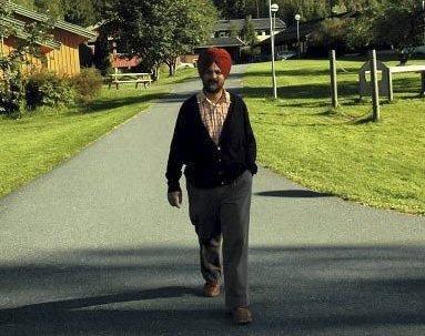 Liker å skape: Gurkirpal Singh har kjøpt eiendom sammen med sin kone i Tvedestrand. Om noen år regner de med at det skal bygges boliger der. Men de tenker langsiktig, og haster ikke. - Vi lever godt sånn som vi gjør, men jeg liker å skape noe, sier drammenslegen. Selv bor de i Sandvika.  Foto: Knut Bråthen/Drammens Tidende