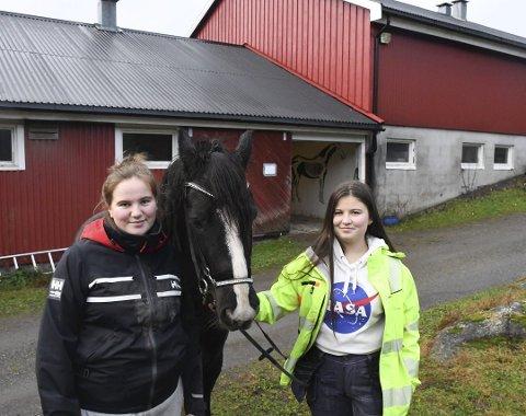 Trives: Emma Schanke Kleivane (t.v) og Tuva Danielsen er glad i hester og andre dyr. De  og andre elever i 1. klasse naturbruk var sjokkert over forslaget om å fjerne både hest- og dyrefag og agronomklassen på Tvedestrand vgs. Nå er de blitt hørt av fylkespolitikerne.