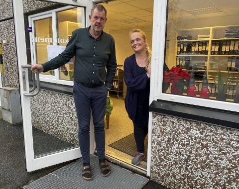 Ønsker Gamle og nye kunder velkommen: Inge Johan Hanch og Cecilie Rosa Eriksen er de nye eierne av Ring Regnskap, som nå har byttet navn til Avenir Regnskap, og flyttet inn i nye lokaler på Bergsmyr. Foto: Olav Loftesnes