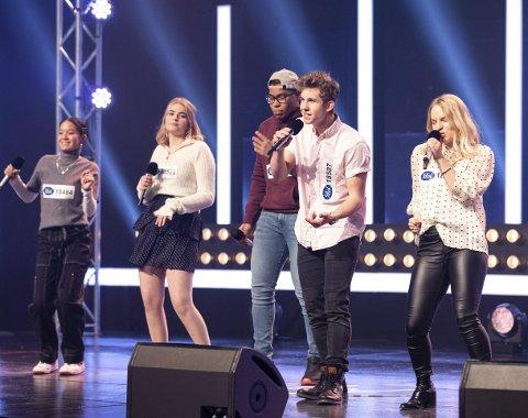 Kom videre i IDol: Kristian Haugstøyl synger her på den andre Idol-sendingen som ble vist fredag kveld. Han var en av to i denne gruppa som ble plukket ut til å gå videre. Foto: Tor Erik Schrøder/TV 2