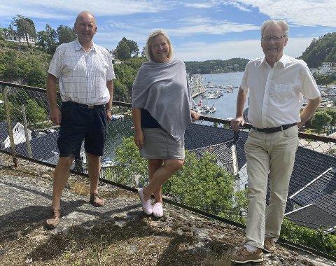Populært fond: Einar Johnsen (tv) og Arne Bjørnstad har blåst nytt liv i sin gamle partikollega Astrid Gjertsens vinfond på Strannasenteret. Det har enhetsleder for helse og omsorg, Liv Siljan ( i midten), ikke noe i mot. Foto: Olav Loftesnes