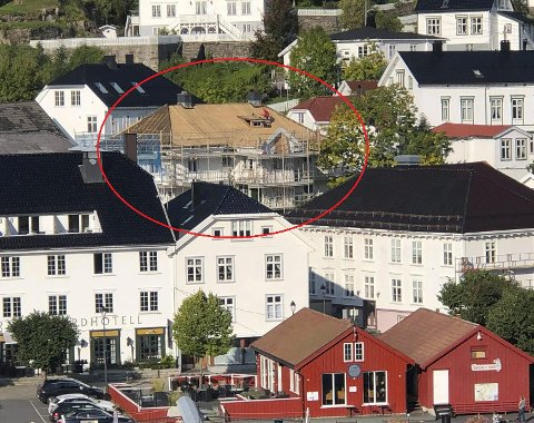 Husets femte fasade: Til uka starter arbeidet med å legge glasserte hollandske takstein her.
