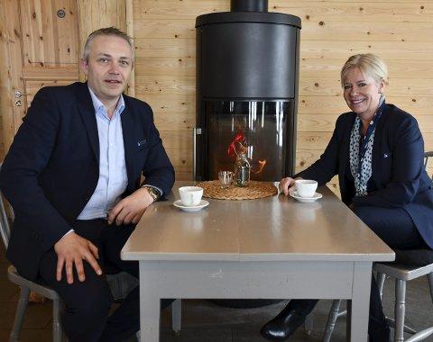 Bankledelsen: Markedssjef Jan Birger Stebekk og administrerende banksjef Nina Holte roser medarbeidere og kunder for godt resultat i anderledes-året 2019. Korona-pandemien og usikkerheten det har skapt for både næringsdrivende og private har vært en utfordring for banknæringen også. Arkivfoto