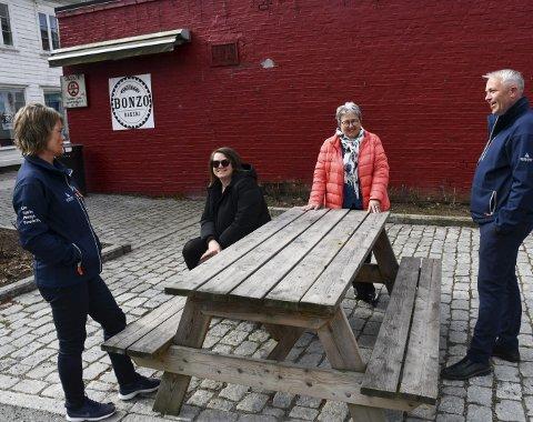 Flere bidrar: Kari Alfsen Flaten, Janne Lindland, Bente Christensen og Jan birger Stebekk gleder seg til at nye møbler, lekeapprater og blomster er på plass på dette sentrale stedet i Tvedestrand sentrum. Foto: Marianne Drivdal