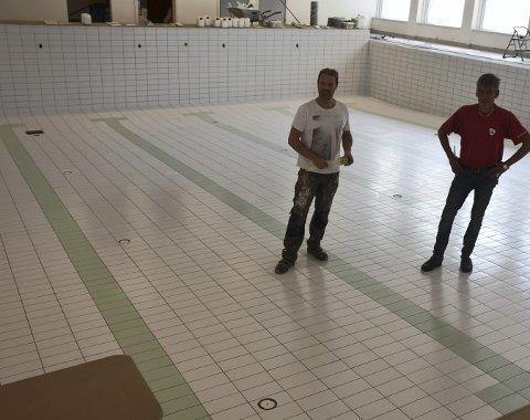 Snart klart: Snart kan vatnet setjast på att og bassenget takast i bruk att ved VBU. Målarmeister Geir Voldum t.v. og ansvarleg for utbetringsarbeida i kommunen, Ove Martin Stende.