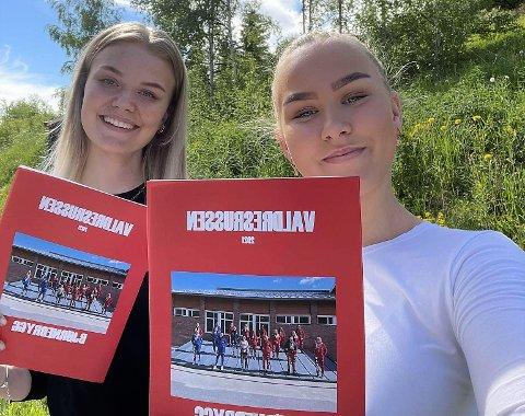 Til salgs: Tuva Rabben (t.v.) og Ida Meline Volden har kontakta avisa Valdres for å få omsetning på restpartiet av årets russeavis.