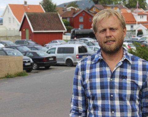Roser: Henrik Mathiesen i MDG  roser fjerdeklassingene Sanna og Josefine for engasjementet og forteller at MDG allerede har sendt inn forslag om forbud mot heliumballonger.