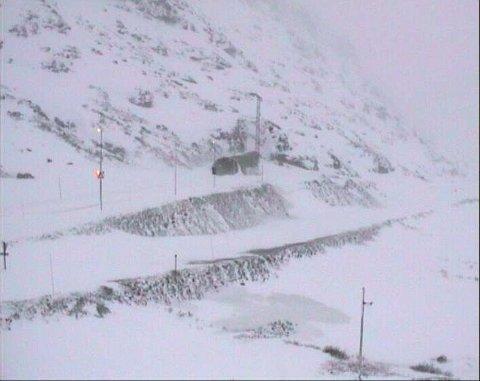 Oslo  20161224. E134 Haukelifjellet retning vestover. Veien over Haukelifjellet har vært stengt i hele dag.  Foto: Statens Vegvesen / NTB scanpix