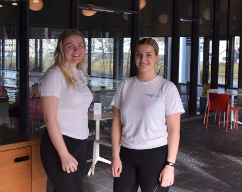 PÅ JOBB: Lea Schou og Victoria Treland jobber på Kvinabadet i vinterferien.