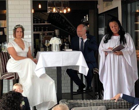 GIFTEKLARE: Her sitter brudeparet Eirin Strømland og Alf Fredriksen stivpyntet på Kaffebørsen i Flekkefjord, mens prest Hilde Sirnes gir brudepraret noen gode ord på veien.