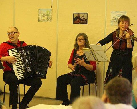 Trio frå Meland: Haakon Aase, Kristine Fluge og Eva Marie Toppe presenterte eit fengjande program med danseslåttar, folketonar og gamle slagerar.