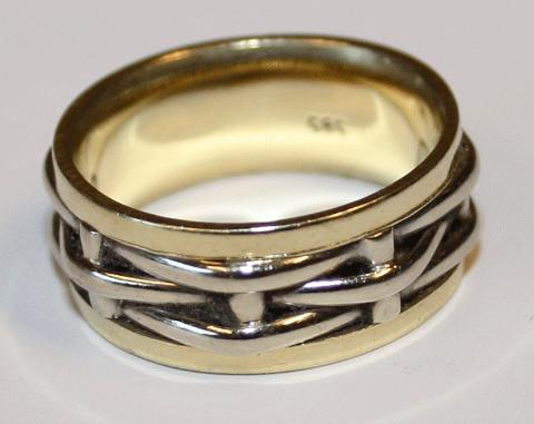 GULLRING: Denne ringen dukka opp på sorteringsbandet hjå NGIR i Kjevikdalen sist torsdag.