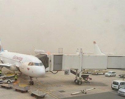 Uvær stenger alle rullebaner på Kanariøyene. Slik så rullebanen på Las Palmas ut under sandstormen som har blåst over fra Nord-Afrika.  Foto: Privat
