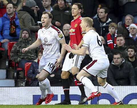 Burnley og Ashley Barnes jubler over å ha scoret mot Manchester United. Kampen på Old Trafford endte 2-2.
