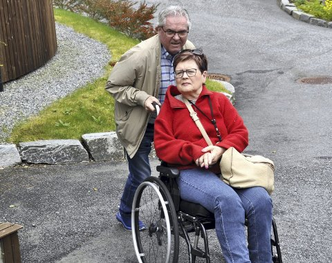 MÅ HJELPE: Ågot Valle er avhengig av sin mann Yngve Seterås for å komme seg for eksempel til treningstime. Også i ektemannens liv blir frihet og selvstendighet endret når man ikke innvilges borgerstyrt personlig assistent (BPA). FOTO: DAG BJØRNDAL