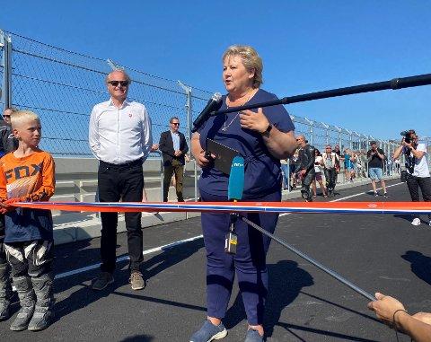 STOR STUND: Mio Moi Mydland (t.v.) sov dårleg og lite natt til sundag. Han var altfor spent før møtet med statsminister Erna Solberg, som han fekk halda snora for under opninga av KNA Raceway - Motorcenter Norway på Kroheia.
