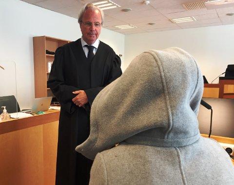 Terje Korneliussen var bistandsadvokat for de fem kvinnene. Her i samtale med en av dem under rettssaken.