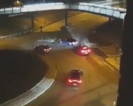 SPERRER: Her sperrer to biler ett innkjøringsfelt og ett utkjøringsfelt i en rundkjøring sist helg. Politiet frykter nå at bilister har planer om å bruke en lignende taktikk for å sperre utkjøringsfelt til E6, slik at man kan bedrive kappkjøring på motorveien.