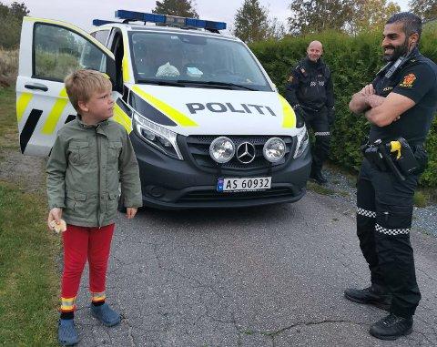 Det var stort for William (7) å få besøk fra politibetjentene Geir Austvik og David Storm  hjemme på Rolvsøy. De hadde til og med med seg boller til kveldsmat!