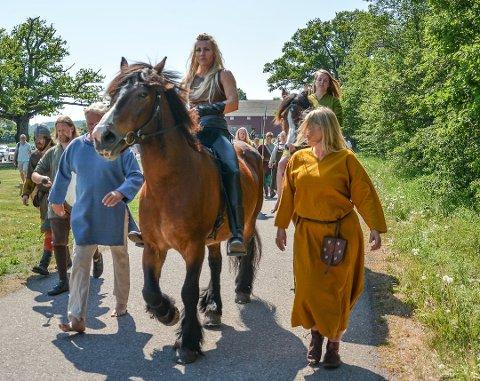 TILBAKE: Silje Torp (Frøya i serien) var blant annet på Borre da Midgard historisk senter skiftet navn til Midgard vikingsenter i mai i fjor.