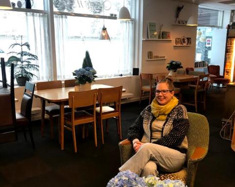 Olaug Lien Einbu håper noen melder seg som drivere av Kafeen på Lesja.